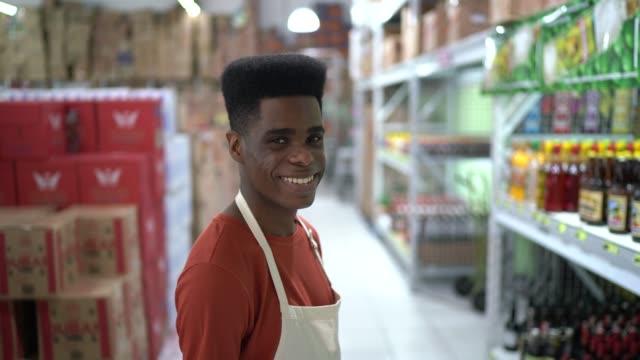 卸売で笑顔の労働者の肖像 - メガストア点の映像素材/bロール