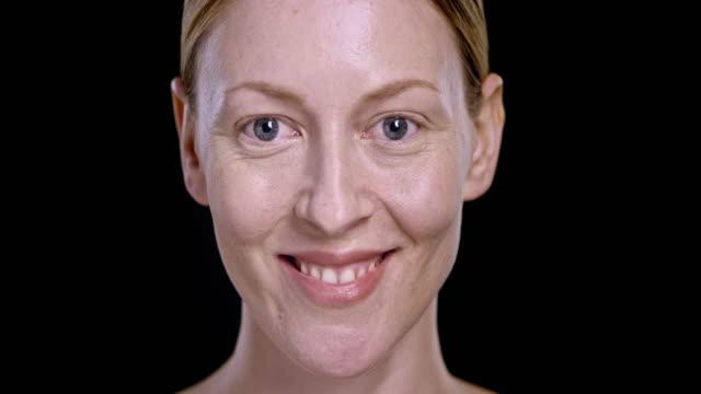 Retrato de jovem mulher caucasiana sorridente