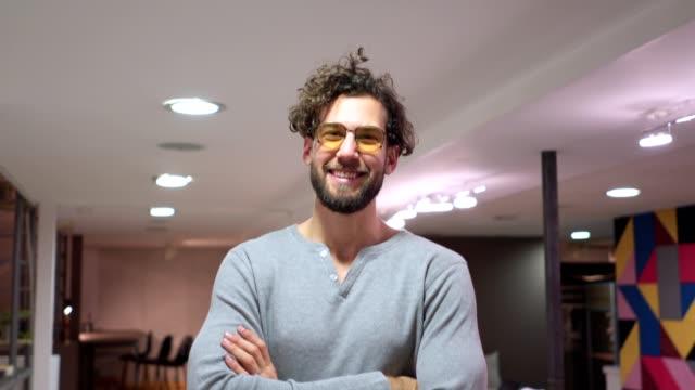 porträt einer lächelnden jungen creative director - designberuf stock-videos und b-roll-filmmaterial