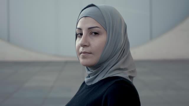 porträtt av en sportig huvud-vändningen muslimsk kvinna i hijab (slow motion) - islam bildbanksvideor och videomaterial från bakom kulisserna
