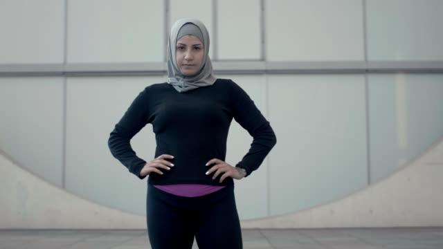 vídeos de stock, filmes e b-roll de retrato de uma mulher muçulmana desportivo em hijab (câmera lenta) - véu