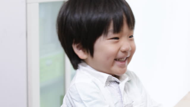 立っている少年の肖像 - 子供のみ点の映像素材/bロール