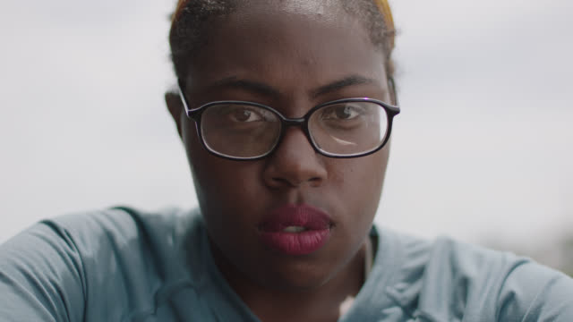 vidéos et rushes de slo mo. cu. portrait of a strong woman glaring into the camera after a workout - d'origine africaine