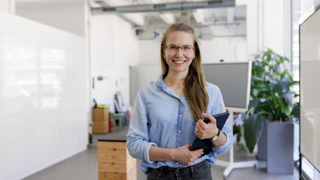 vídeos y material grabado en eventos de stock de retrato de una empresaria de éxito en el cargo - sólo mujeres jóvenes