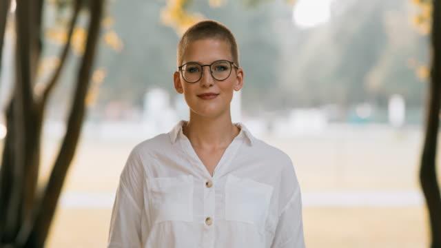 vidéos et rushes de ds portrait d'une femme d'affaires réussie avec des glaces croisant ses bras - lunettes de vue