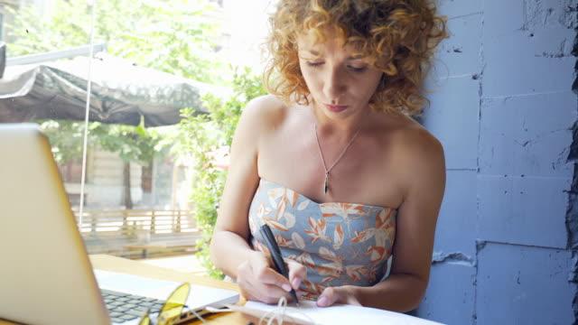 Porträt der erfolgreichen Frau Freiberufler arbeiten im Café.