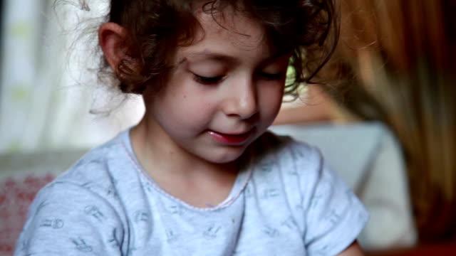 vídeos de stock e filmes b-roll de portrait of a talkative smiling child - staring