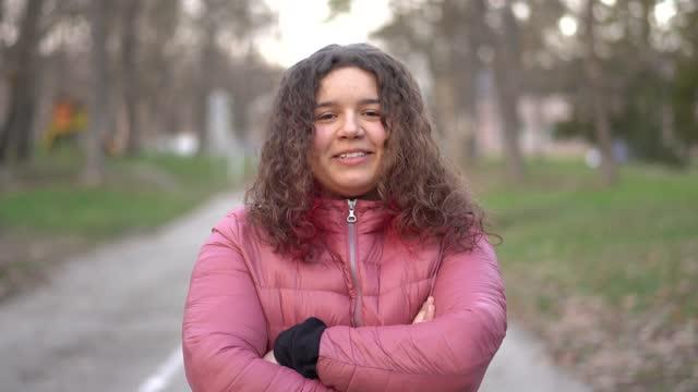 vídeos y material grabado en eventos de stock de retrato de una adolescente con el pelo largo rizado en un parque al atardecer - sólo una adolescente