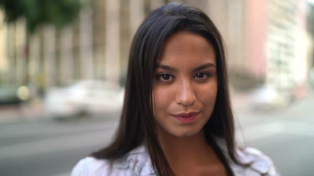 vídeos de stock, filmes e b-roll de retrato de uma menina do adolescente em uma avenida - cabelo castanho