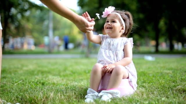porträt von einem kleinkind mädchen lächelnd auf einem töpfchen - kind pinkelt stock-videos und b-roll-filmmaterial