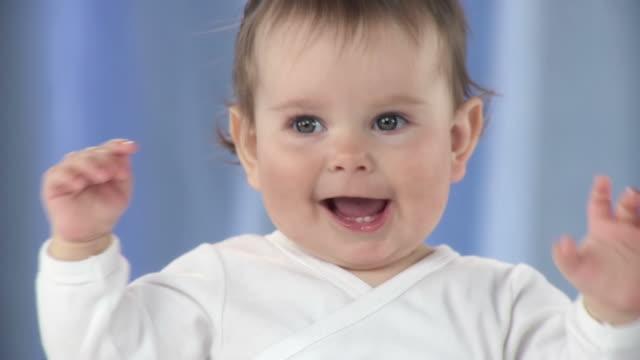 HD-SLOW-MOTION: Porträt von einem Kleinkinder