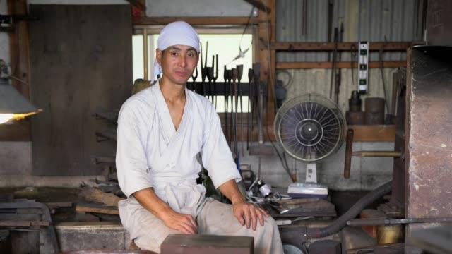 伝統的な日本の鍛冶屋の肖像画 - 民族衣装点の映像素材/bロール