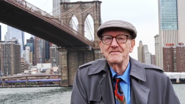 vidéos et rushes de portrait d'un homme aîné de new york typique - stéréotype de la classe moyenne