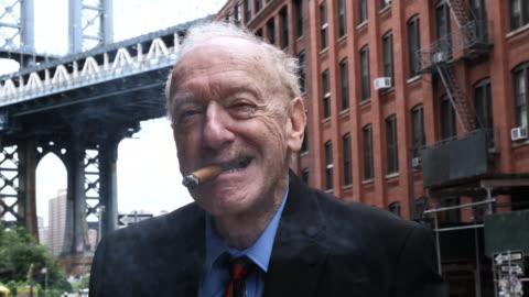 vidéos et rushes de portrait d'un homme de senior new-yorkais typique, avec cigare - stéréotype de la classe moyenne