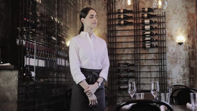 vidéos et rushes de portrait of a waitress in a restaurant - palace