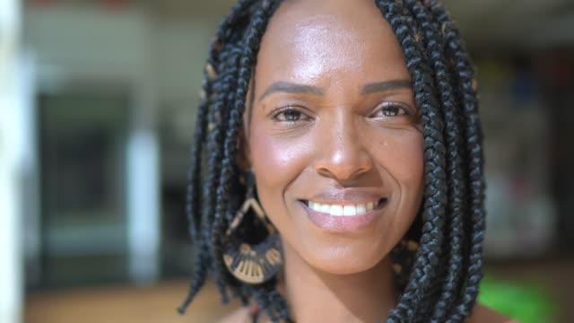 自宅での女性の肖像 - 編み込みヘア点の映像素材/bロール