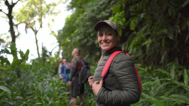 vídeos de stock, filmes e b-roll de retrato de uma mulher caminhando em uma floresta - ecoturismo