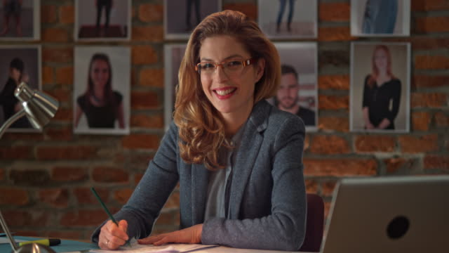 ds porträt von frau in beschäftigt büro bei nacht inbetriebnahme - elektrische lampe stock-videos und b-roll-filmmaterial