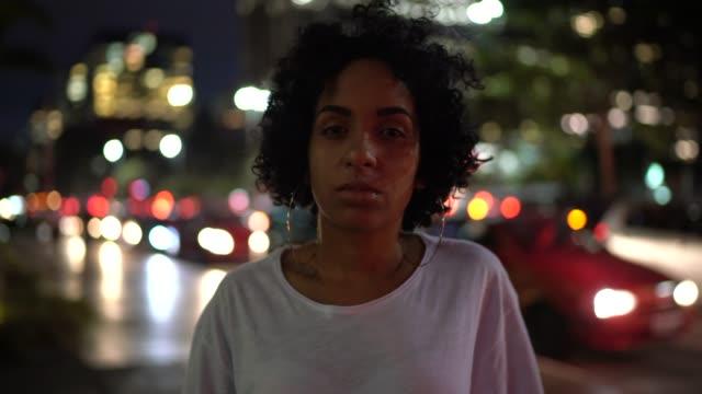 Porträt einer Frau in der Stadtstraße in der Nacht