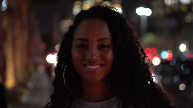 Porträt einer Frau in der Stadt in der Nacht