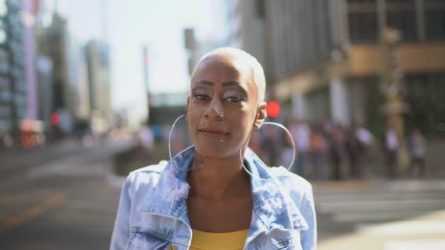 街の女性の肖像 - パルド人点の映像素材/bロール