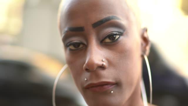 街の女性の肖像 - ピアスをあけた点の映像素材/bロール