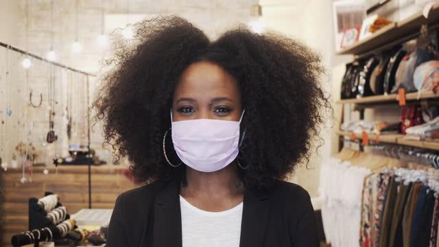 vídeos de stock, filmes e b-roll de retrato de uma mulher dentro de sua loja - vídeo em câmera lenta - afro