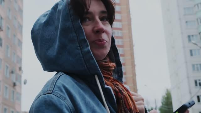 stockvideo's en b-roll-footage met portrait of a woman on autumn city street - alleen één oudere vrouw
