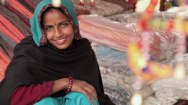 portrait of a woman smiling, suraj kund, faridabad, haryana, india - インド人点の映像素材/bロール