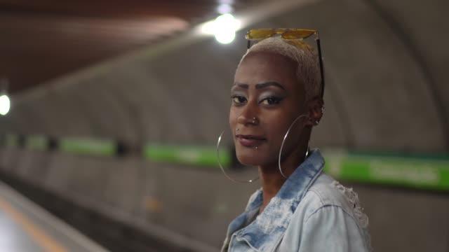 stockvideo's en b-roll-footage met portret van een vrouw staande in een metro platform - metro platform