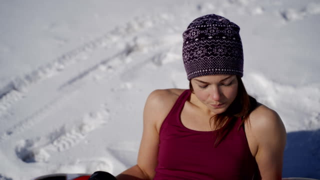 porträt einer frau beim sonnenbaden im winter. - radioaktive strahlung stock-videos und b-roll-filmmaterial
