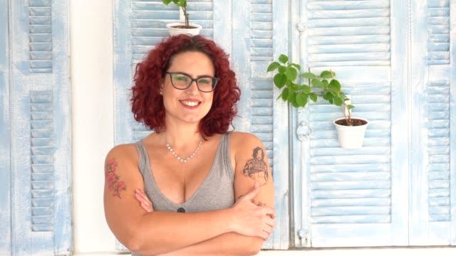vidéos et rushes de verticale d'une femme avec des bras croisés - une seule femme d'âge moyen