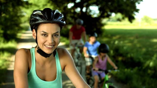 vídeos de stock, filmes e b-roll de hd: retrato de uma mulher com bicicleta - capacete equipamento