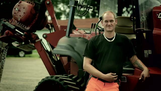 vídeos de stock e filmes b-roll de portrait of a worker - fotografia de três quartos