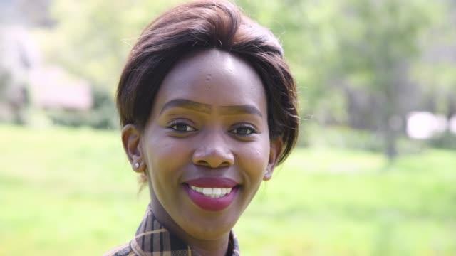 stockvideo's en b-roll-footage met portret van een jonge afrikaanse vrouw - pruik