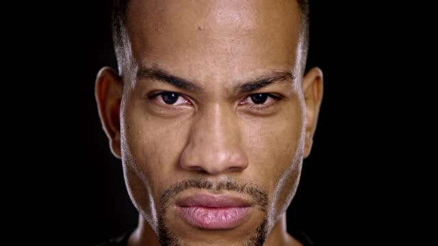 Portret van een jonge en boos Afro-Amerikaanse man