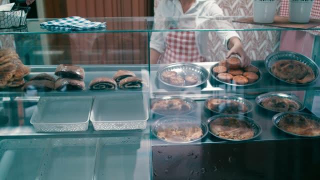 porträtt av en ung bagare - skåp med glasdörrar bildbanksvideor och videomaterial från bakom kulisserna