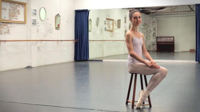 portrait of a young ballet dancer - 座る点の映像素材/bロール