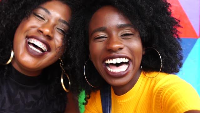 vídeos de stock e filmes b-roll de portrait of a young best friends laughing - cabelo natural
