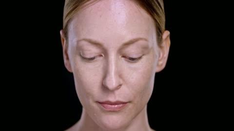 vídeos de stock, filmes e b-roll de caucasiana retrato de jovem mulher olhando para cima - black background