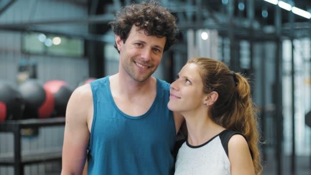 ritratto di una giovane coppia in panni sportivi. - inside of video stock e b–roll