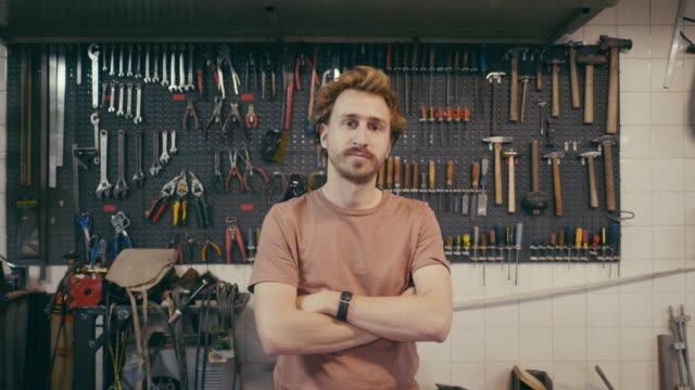porträt eines jungen designers in seinem werkop - handwerker stock-videos und b-roll-filmmaterial