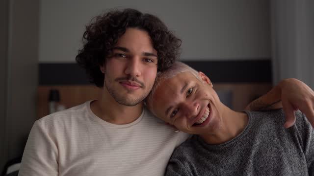 vídeos de stock, filmes e b-roll de retrato de um jovem casal gay em casa - carinhoso
