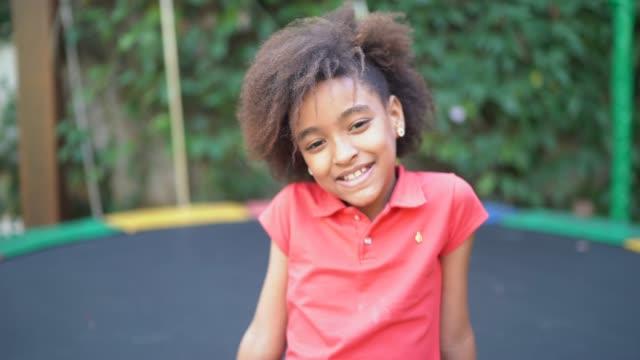 vídeos de stock, filmes e b-roll de retrato de uma jovem no quintal - 8 9 anos