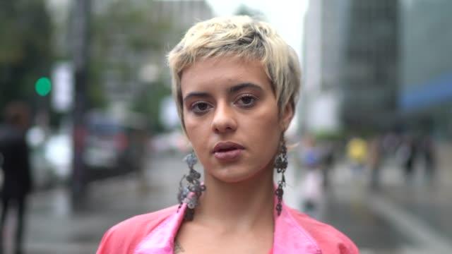 vídeos de stock, filmes e b-roll de retrato de uma mulher latin nova na cidade - bonito pessoa