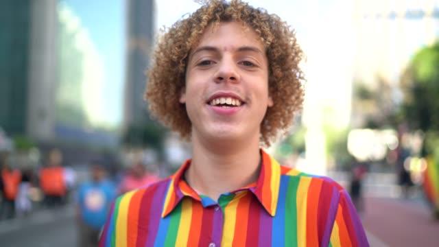 ritratto di giovane durante la parata lgbtqi - diritti lgbtqi video stock e b–roll