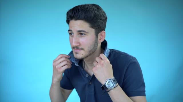 vídeos de stock, filmes e b-roll de a portrait of a young man in blue. - camisa pólo