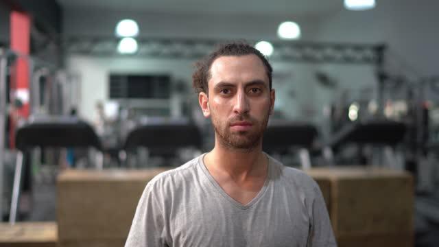 ジムでの若い男性の肖像 - strength点の映像素材/bロール