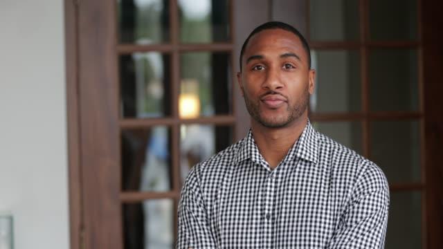 vídeos de stock e filmes b-roll de portrait of a young man - camisa com botões