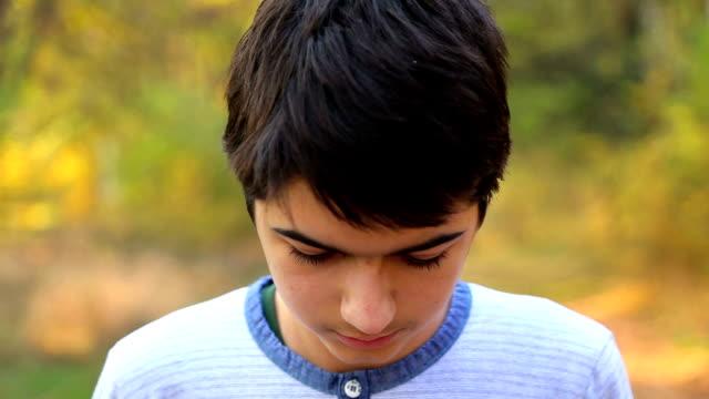stockvideo's en b-roll-footage met portret van een jonge man - looking at camera